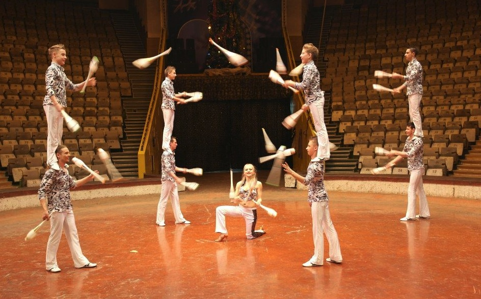 Les artistes du 37 me festival du cirque photos - Image jongleur cirque ...