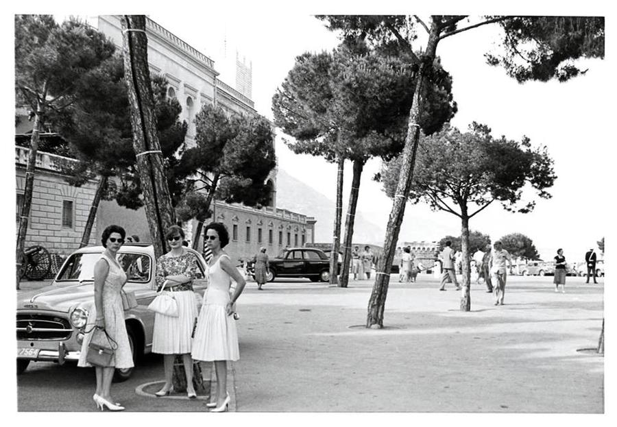 la photo du jour monaco la place du palais en 1959 peugeot 403 la carte postale du jour. Black Bedroom Furniture Sets. Home Design Ideas